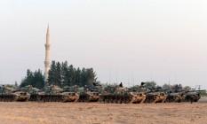Tanques turcos se agrupam junto à fronteira da Síria durante a ofensiva iniciada na última quarta Foto: Ismail Coskun / AP/Ismail Coskun