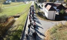 Refugiados fazem fila para se registrarem na fronteira da Áustria com Alemanha: país tem sido palco de ataques do tipo por extremistas islâmicos Foto: AFP/CHRISTOF STACHE