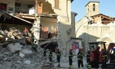 Bombeiros trabalham nas ruínas de San Lorenzo, próximo à vila de Amatrice, na região atingida pelo terremoto da última quarta na Itália Foto: AFP/ANDREAS SOLARO