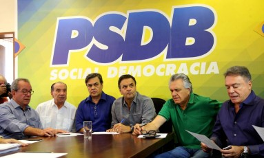 O senador Aécio Neves (PSDB-MG), ao centro de camisa bege, presidindo a reunião da base aliada do governo Temer. Da esquerda para direita: José Aníbal (PSDB-SP), Aloysio Nunes Ferreira (PSDB-SP),Cassio Cunha Lima (PSDB-PB), Aécio, Ronaldo Caiado (DEM-GO) e Álvaro Dias (PV-PR) Foto: Ailton de Freitas / Agência O Globo