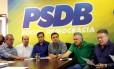 O senador Aécio Neves (PSDB-MG), ao centro de camisa bege, presidindo a reunião da base aliada do governo Temer. Da esquerda para direita: José Aníbal (PSDB-SP), Aloysio Nunes Ferreira (PSDB-SP),Cassio Cunha Lima (PSDB-PB), Aécio, Ronaldo Caiado (DEM-GO) e Álvaro Dias (PV-PR)