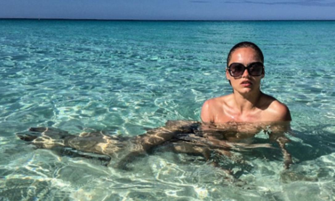 A modelo Karmen Pedaru em Turks and Caïcos, no Caribe Reprodução/Instagram