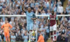 Fernandinho comemora gol no primeiro tempo, diante do West Ham Foto: OLI SCARFF / AFP
