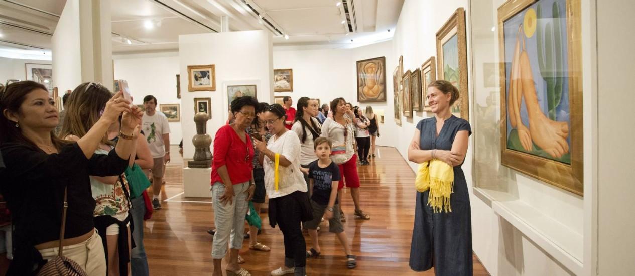 Visitantes registravam o momento diante do 'Abaporu' Foto Ana Branco / Agencia O Globo Foto: Ana Branco / Agência O Globo