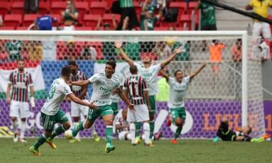 Jogadores do Palmeiras comemoram gol de Jean na vitória sobre o Fluminense Foto: Michel Filho / Agência O Globo