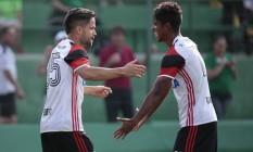 Diego e Gabriel comemoram na vitória do Flamengo sobre a Chapecoense Foto: Jana Mafalda/Mafalda Press
