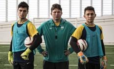 Alicerces. A partir da esquerda, o goleiro Vinicius, o técnico Fábio e o goleiro Luan são os homens de confiança da seleção brasileira de futebol de 5 Foto: Marcio Rodrigues/MPIX/CPB