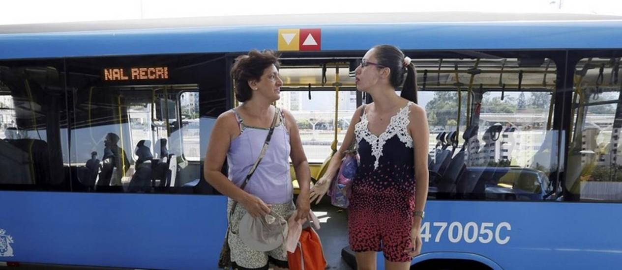 Juçara e a filha Françoase desembarcam na estação do Recreio Foto: Pablo Jacob