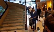 Daniel Alves chega ao hotel da seleção brasileira em Quito, no Equador Foto: Carlos Eduardo Mansur