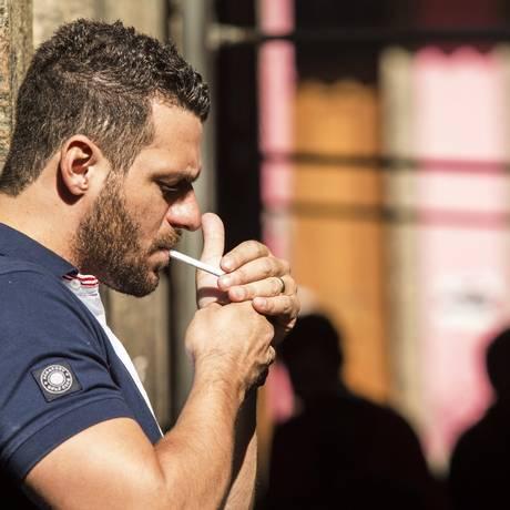 Hábito tardio. Na contramão das pesquisas que indicam que o número de fumantes com mais de 18 anos vem diminuindo, Marcelo, 33 anos, começou a fumar há dois anos Foto: Ana Branco