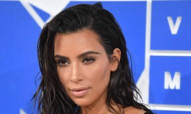 Cabelo molhado e cara lavada podem num tapete vermelho? Claro que podem! Pelo menos foi o que mostraram Kim Kardashian (na foto) e Alicia Keys, algumas das celebridades mais belas e, por que não?, ousadas no VMA 2016, que aconteceu na noite do último domingo em Nova York Foto: ANGELA WEISS / AFP