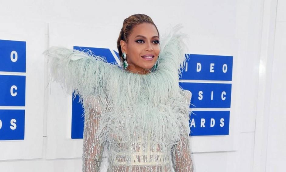 O Madison Square Garden, em Nova York, ficou abarrotado de estrelas na noite do último domingo por causa do Video Music Awards, da MTV. Gente do calibre de Beyoncé, Kimk Kardashian e Rihanna deram glamour ao tapete branco do evento que premia os melhores videoclipes do ano Foto: ANGELA WEISS / AFP