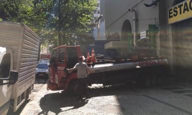 Caminhões ocupam calçada da Rua Hilário Gouveia Foto: Leitor José Ricardo da Silveira / Eu-Repórter