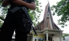 Polícia patrulha do lado de fora da Igreja Católica de São José após ataque em Medan, Sumatra Foto: ANTARA FOTO / REUTERS