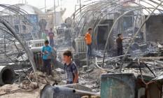 Refugiados que perderam suas tendas em incêncio no campo de refugiados Yahayawa, no Iraque Foto: Ako Rasheed / Reuters