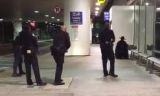 Polícia cerca homem vestido de Zorro em aeroporto de Los Angeles Foto: Reprodução Twitter
