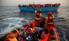 Migrantes são resgatados na costa líbia Foto: Emilio Morenatti / AP