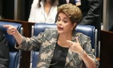 A presidente afastada Dilma Rousseff responde a senadores Foto: André Coelho / Agência O Globo