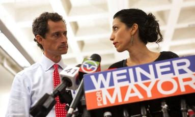 Anthony Weiner e Huma Abedin em entrevista coletiva com a imprensa, quando o político democrata foi candidato a prefeito de Nova York, em 2013 Foto: ERIC THAYER / REUTERS