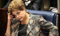 Dilma ouve pergunta dos senadores Foto: André Coelho / Agência O Globo