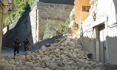 Bombeiros inspecionam casas danificadas em Accumoli, uma das cidades atingidas pelo terremoto Foto: ANDREAS SOLARO / AFP