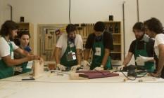 Pedro Chagas, o primeiro à esquerda, e Caio Abi-Ramia, o primeiro à direita, em aula na Semente Foto: Bia Guedes