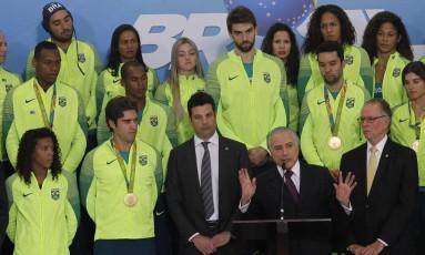 O presidente em exercício, Michel Temer, recebeu atletas que disputaram a Olimpíada Foto: Givaldo Barbosa / Agência O Globo
