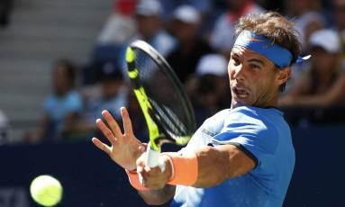 Rafael Nadal devolve a bola na vitória sobre o uzbeque Denis Istomin Foto: Alex Brandon / AP