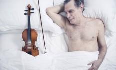 Mautner, em casa, com seu inseparável violino Foto: Leo Martins / Agência O Globo