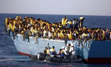 Barcos que tiveram migrantes resgatados estavam superlotados Foto: Emilio Morenatti / AP