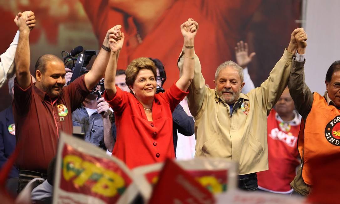 DILMA REELEITA - Em agosto de 2014, Dilma recebe apoio de Lula e sindicalistas para a reeleição Foto: Marcos Alves / O Globo