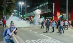 Polícia Militar utiliza bombas de gás lacrimogênio para dispersar manifestação na Avenida Paulista, em São Paulo Foto: Reprodução