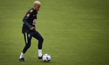 Neymar domina a bola no treino da seleção no Equador Foto: Pedro Martins / Mowa Press
