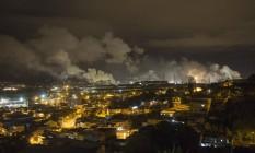 Chaminés da CSN lançam gases na atmosfera em Volta Redonda: alta na concentração de CO2 no ar pode ser uma das marcas da nova época oficial que estamos vivendo Foto: Antonio Scorza / ANTONIO SCORZA