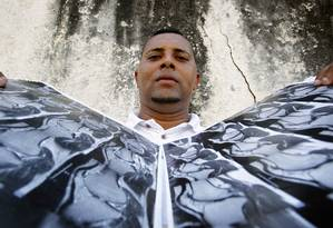 """Perdas. O pintor Thiago Alves de Jesus teve uma fratura no joelho quando trabalhava num esteleiro e ficou seis meses afastado: """"A gente precisa de emprego. Não dá para escolher"""" Foto: Luiz Ackermann / Agência O Globo"""