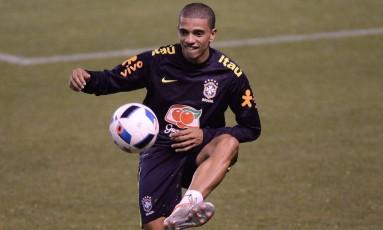 Taison domina a bola no primeiro treino da seleção no Equador Foto: Pedro Martins - Mowa Press