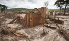 Ruinas do distrito de Bento Rodrigues, em Mariana, destruido pelo rompimento da barragem Fundão, da mineradora Samarco Foto: Márcia Foletto / Arquivo O Globo/26-11-2015