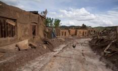 Devastação. Homem caminha entre as ruínas de área atingida pela lama no distrito de Bento Rodrigues, em Mariana, Minas: destruição causada pelo rompimento da barragem de Fundão Foto: Marcia Foletto /26-11-2015