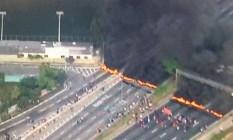 Manifestantes atearam fogo e fecharam um trecho da Marginal Tiête Foto: Reprodução TV Globo