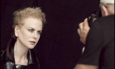 """Quem assina os ensaios é o fotógrafo Peter Lindbergh, que também foi o responsável pelas edições de 1996 e 2002. """"Para o calendário que fiz em 2002, fotografei modelos nuas e achei chato. Talento é mais importante que corpos bonitos"""", disse ele ao """"WWD"""". Na imagem, Nicole Kidman posa para as lentes do artista Foto: Divulgação / Alessandro Scotti"""