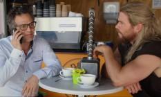 Bruce Banner e Thor, excluídos em 'Capitão América: Guerra Civil', tomam um café na Austrália Foto: Reprodução