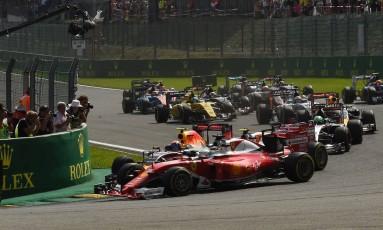 Os carros de Max Verstappen, da RBR (com detalhe laranja), e de Kimi Raikkonen e Sebastian Vettel, ambos da Ferrari (vermelhos) se tocam em disputa na curva que causou polêmica e levou os três aos boxes no GP da Bélgica Foto: JOHN THYS / AFP