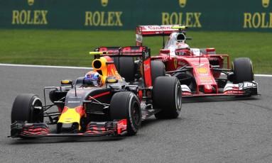 Num verdadeiro embate de gerações, Verstappen e Raikkonen trocaram farpas após o GP da Bélgica Foto: Yves Herman / Reuters