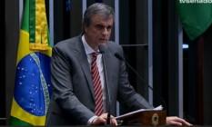 O advogado de defesa apresenta seus argumentos ao senadores Foto: Reprodução