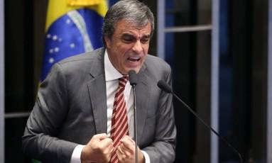 Cardozo chora ao sair do plenário do Senado Foto: André Coelho / Agência O Globo