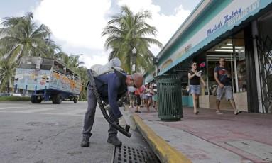 Em Miami Beach, agente realizar controle para evitar o vírus Zika Foto: Alan Diaz / AP