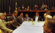 Líderes assinam 'compromisso' de presença em votação de cassação de Cunha Foto: Manoel Ventura / Agência O Globo