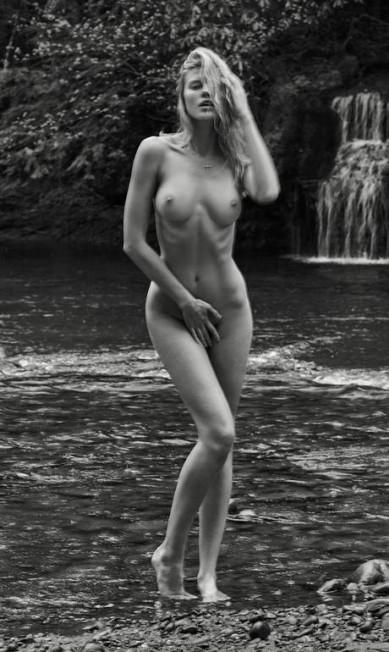"""""""Portraits Nudes Flowers"""" é a mais nova obra do fotógrafo Mariano Vivanco, favorito de famosas como Rihanna. No livro, Mariano revela imagens feitas nos últimos 15 anos. São fotos provocantes estreladas por beldades do mundo da moda (muitas sem roupa). No clique, a top Maryna Linchuk, em 2011 Mariano Vivanco/ Portraits Nudes Flowers"""