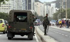 Policiamento das Forças Armadas na Orla de Copacabana Foto: Paulo Nicolella / Agência O Globo
