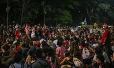 Manifestantes fazem ato pró-Dilma na Avenida Paulista em frente ao Masp Foto: Pedro Kirilos / Agência O Globo